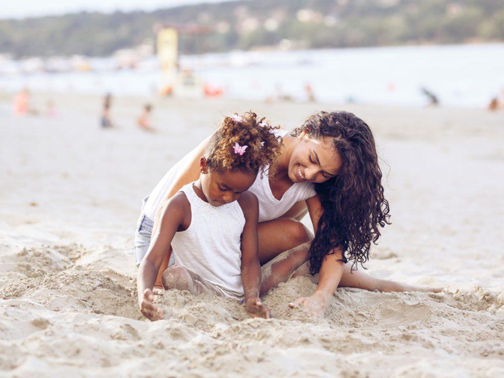Apprenez à vos enfants à se protéger dès leur plus jeune âge pour limiter les cancers de la peau.