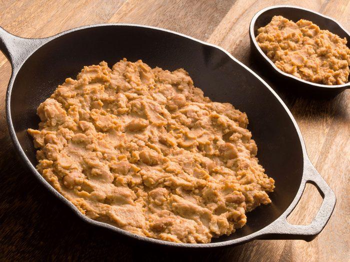 Substituts d'ingrédients : pour des mets mexicains santé, prenez des haricots frits à la place du fromage.