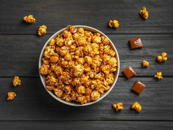 Une des erreurs que tout le monde fait en cuisant du popcorn : mettre les assaisonnements dans une poêle chaude.