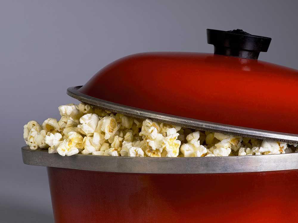 Une des erreurs que tout le monde fait en cuisant du popcorn : le manque de surveillance.