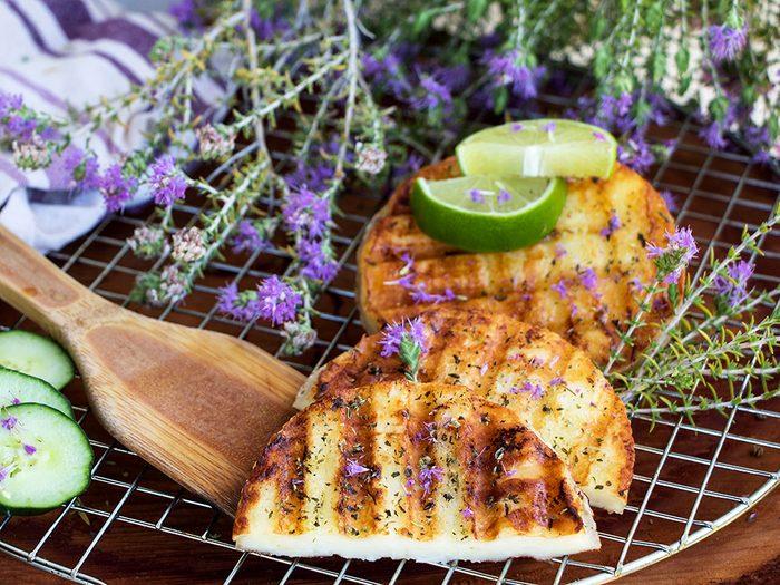 Halloumi miel et citron vert au barbecue.