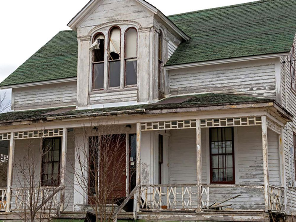 Cette vieille maison de ferme abandonnée requiert des soins particuliers.