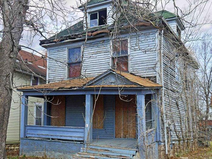 Votre rêve de restaurer des ruines se réalisera avec cette maison abandonnée.