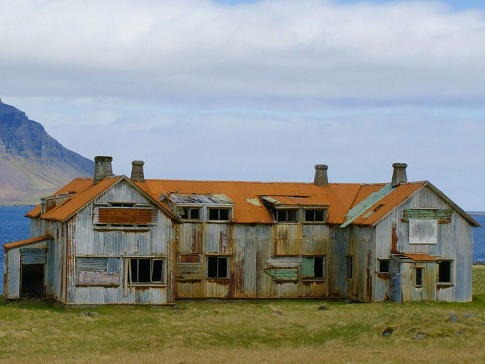 Cette maison abandonnée serait parfaite pour une retraite au bord de l'eau.