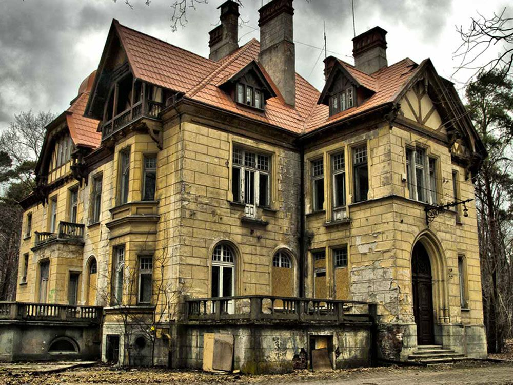 Cette vaste demeure abandonnée a tout d'un château mais elle aurait bien besoin d'être restaurée.