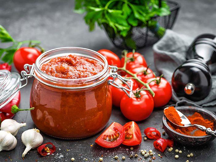 Substituts d'ingrédients : mettez de la salsa fraîche à la place de la vinaigrette en bouteille pour des salades santé.