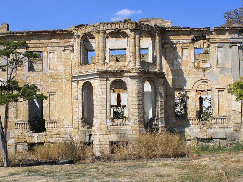 Ce palace abandonné et surtout sans toit aurait bien besoin d'être restaurée.