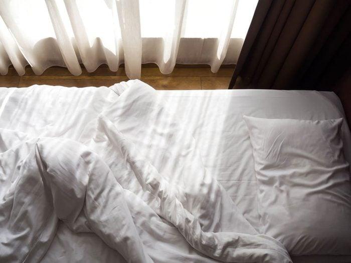 Signification des rêves : Vous rêvez que vous tombez (ou vous tombez vraiment de votre lit pendant votre rêve).