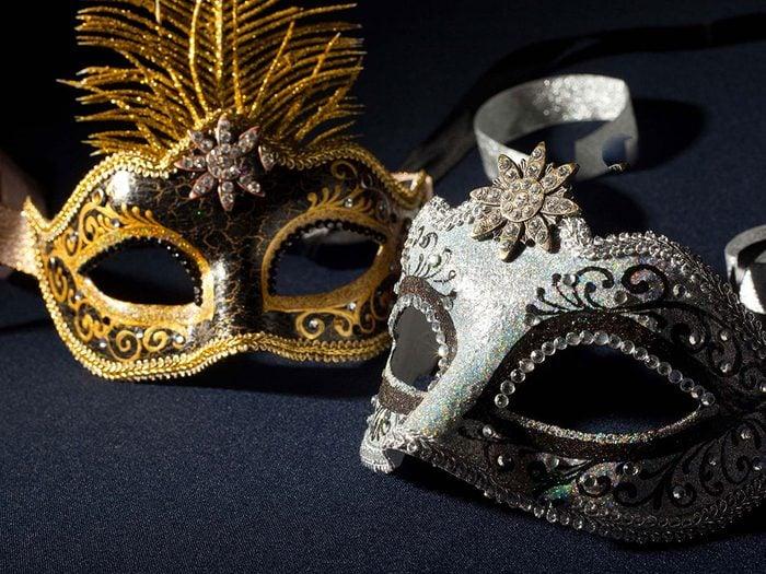 Signification des rêves : Vous portez un masque ou quelqu'un d'autre en porte.