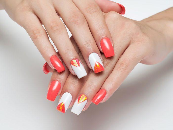 Pour vos ongles cet été : un petit détail ajouté à votre manucure lui donne fier allure.