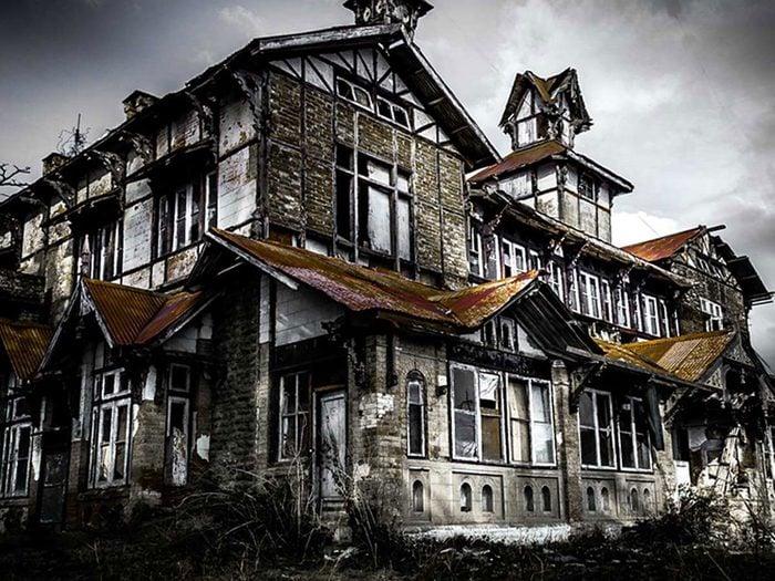 Cette maison abandonnée style Tudor aurait bien besoin d'être restaurée.