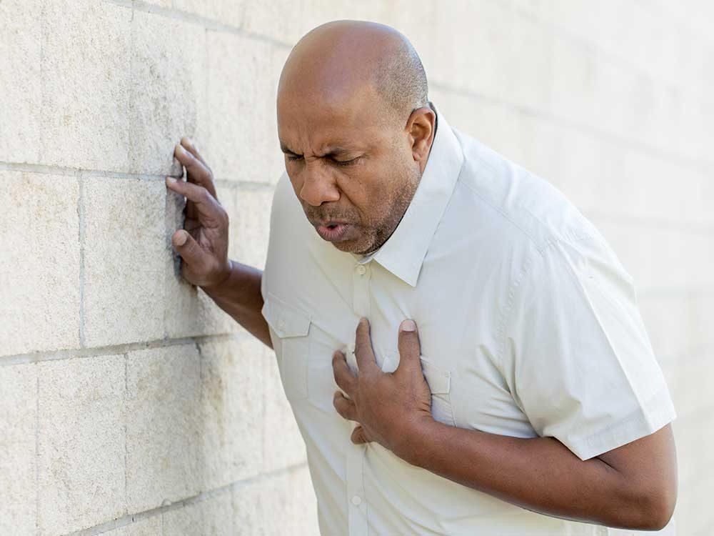 Une douleur thoracique est un symptôme de maladie.