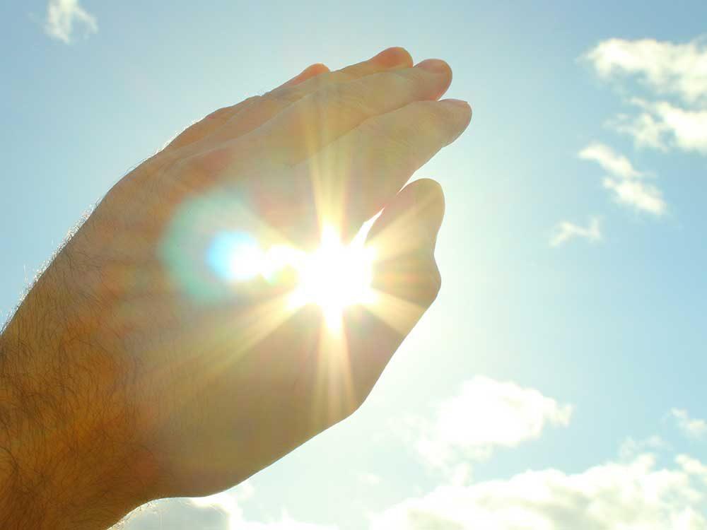 Éclairs de lumière ou augmentation des corps flottants font parties des symptômes de maladie à surveiller.
