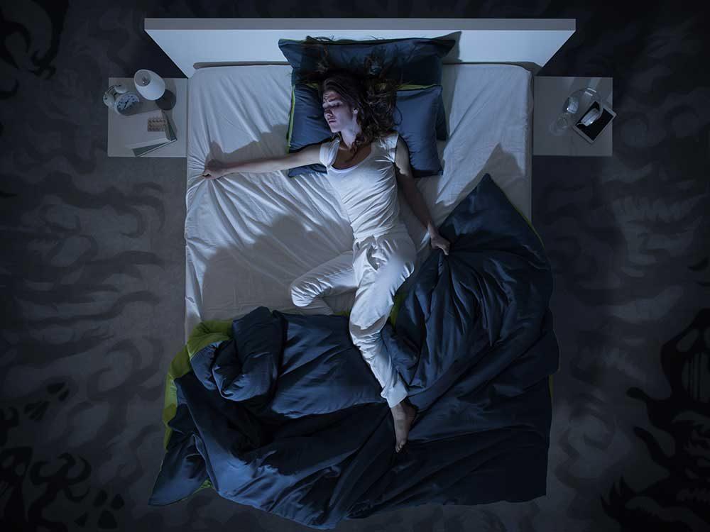 Les sueurs nocturnes font partie des symptômes de maladie.
