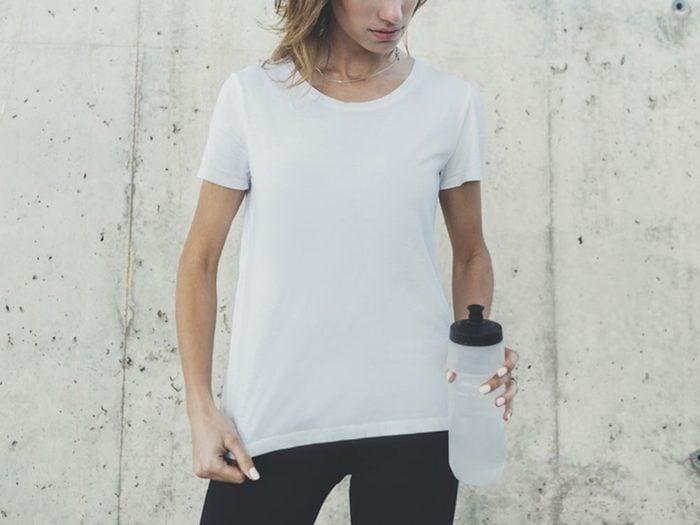 Cancer de la peau : attention la protection est réduite si votre t-shirt est mouillé.