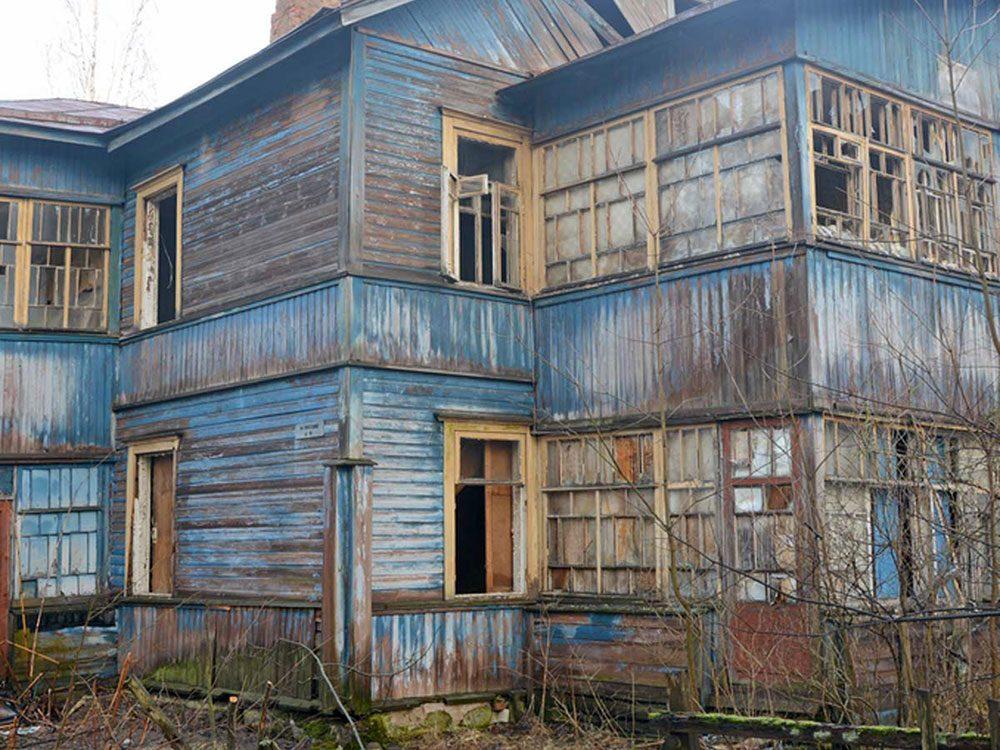 Il faudrait un travail considérable pour rénover cette maison abandonnée.