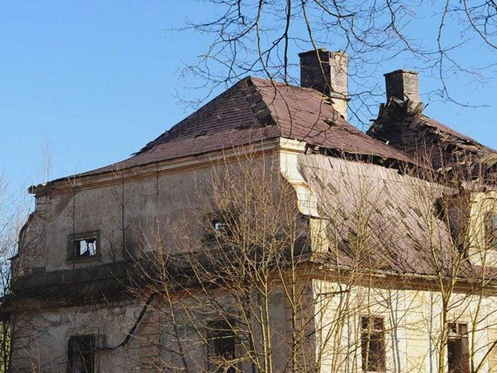 Cette maison abandonnée semble irrécupérable avec l'état critique de son toit.