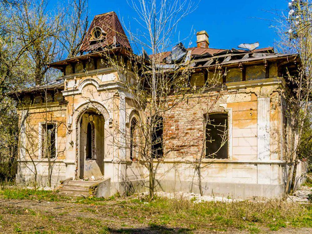 Les grands travaux sont nécessaires pour cette maison abandonnée.