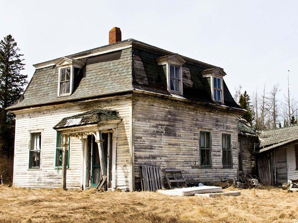 Cette maison est un trésor colonial qui aurait bien besoin d'être restaurée.