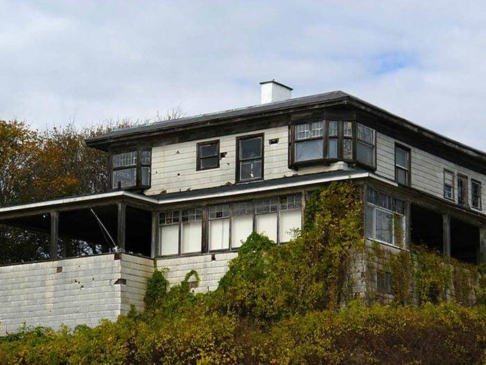Cette villa sur l'Atlantique aurait bien besoin d'être restaurée.