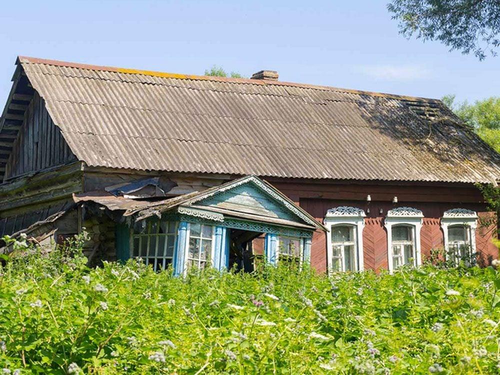 Cette maison abandonnée dans un village russe aurait bien besoin d'être restaurée.