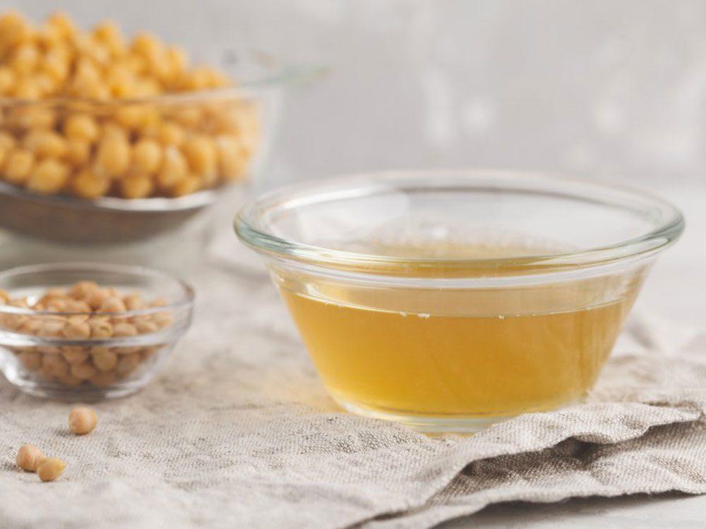 L'aquafaba, le liquide qui se trouve dans les conserves de légumineuses, est l'un des résidus alimentaires que nous devrions manger.
