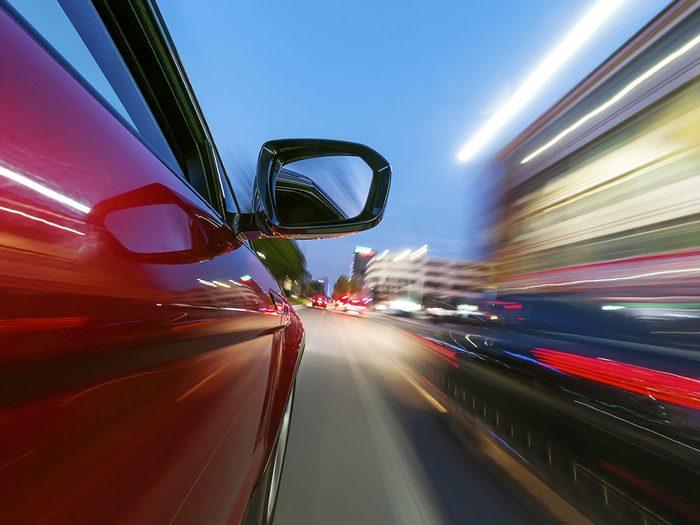 Comment épargner un cinquième de son carburant? En respectant les limites de vitesse.