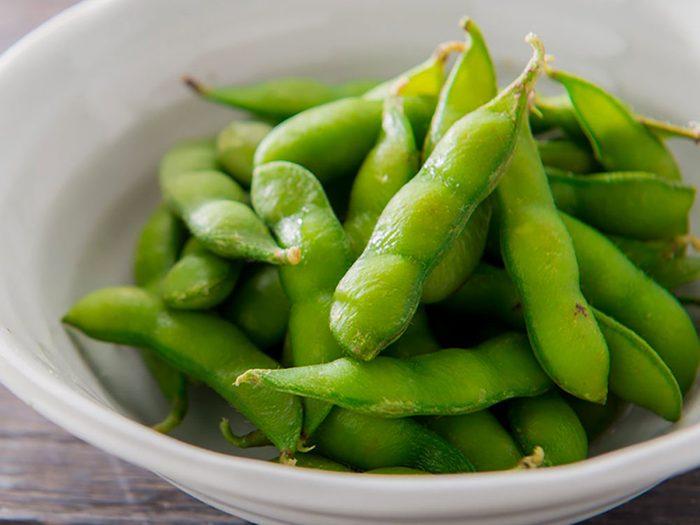L'edamame, qui ressemble à un haricot vert, est l'un des aliments riches en magnésium.