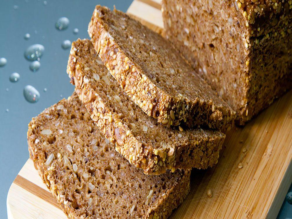 Le pain de blé entier fait partie des aliments riches en magnésium.