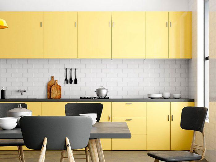 Changez l'allure de vos armoires de cuisine: le jaune illuminera la pièce même la plus sombre.