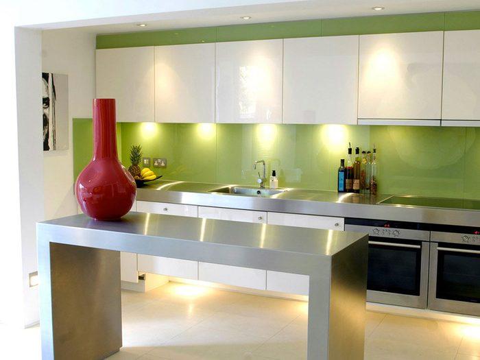 Changez l'allure de vos armoires de cuisine: le blanc, une couleur simple et franche qui se marie bien avec des surfaces ou des taches de couleurs différentes.