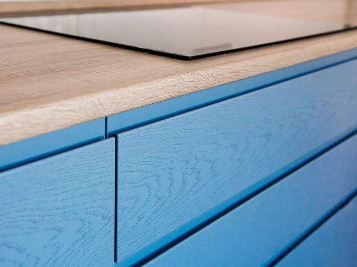 Quand il s'agit de peindre vos armoires de cuisine, le bleu peut être un choix apaisant.