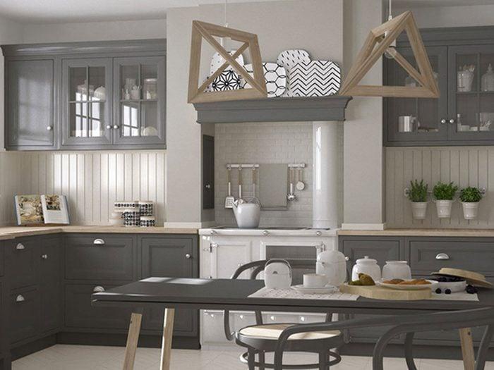 Changez l'allure de vos armoires de cuisine: essayez le gris pour une apparence à la fois spectaculaire et sophistiquée.