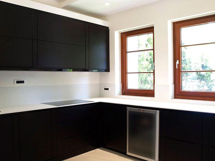 Changez l'allure de vos armoires de cuisine: véritablement neutre, le noir fonctionne bien dans les cuisines très lumineuses.