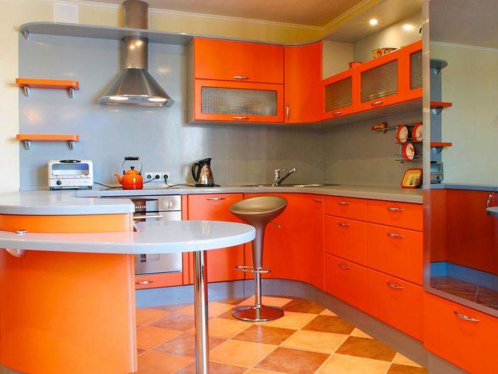 Oui, vous pouvez peindre vos armoires de cuisine en orange.