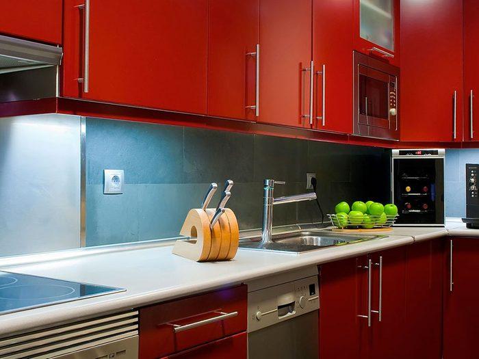 Donnez à votre cuisine un côté aventurier et jouez d'audace en peignant vos armoires en rouge.