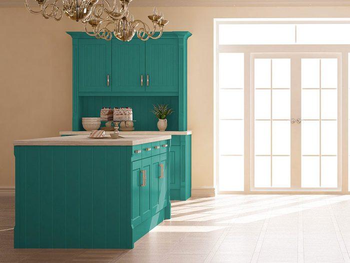 Testez le turquoise pour vos armoires de cuisine, une couleur audacieuse et surprenante.