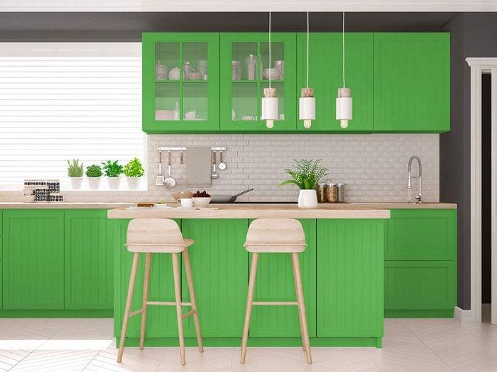 Le vert lime surpasse le jaune dans les nouvelles tendances en matière de couleurs d'armoires de cuisine.