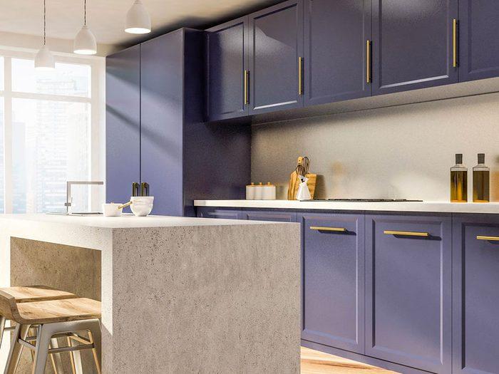 N'ayez pas peur du violet lorsque vous décidez de peindre vos armoires de cuisine.