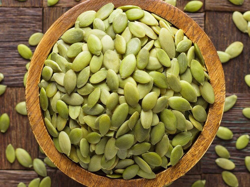 La chair et les graines de la citrouille offrent de multiples bienfaits santé.