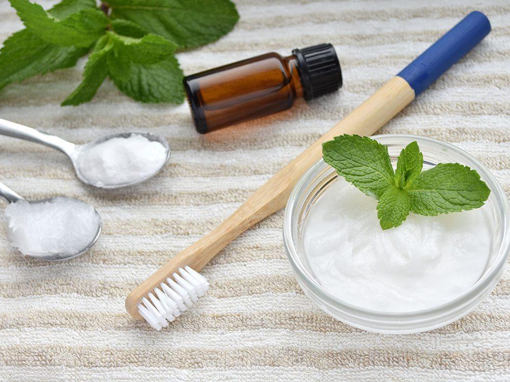 Du dentifrice maison pour blanchir les dents naturellement.