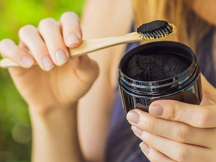 Du charbon actif pour blanchir les dents naturellement.
