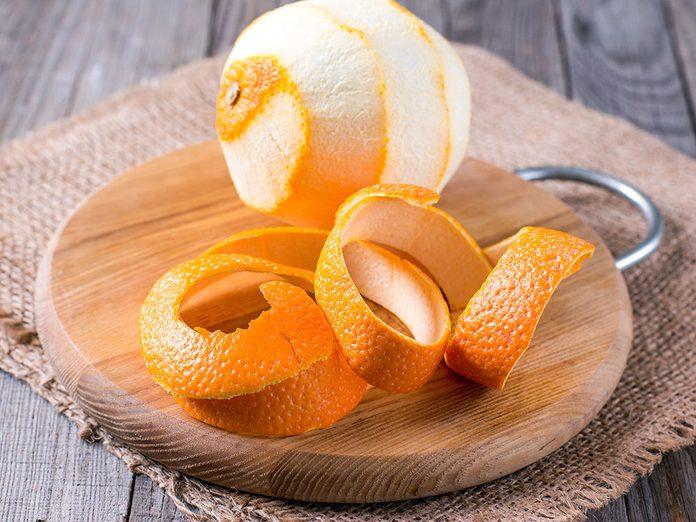 De la peau d'orange pour blanchir les dents naturellement.