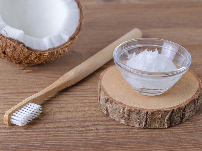 Faire un bain de bouche à l'huile de coco pour blanchir les dents naturellement.