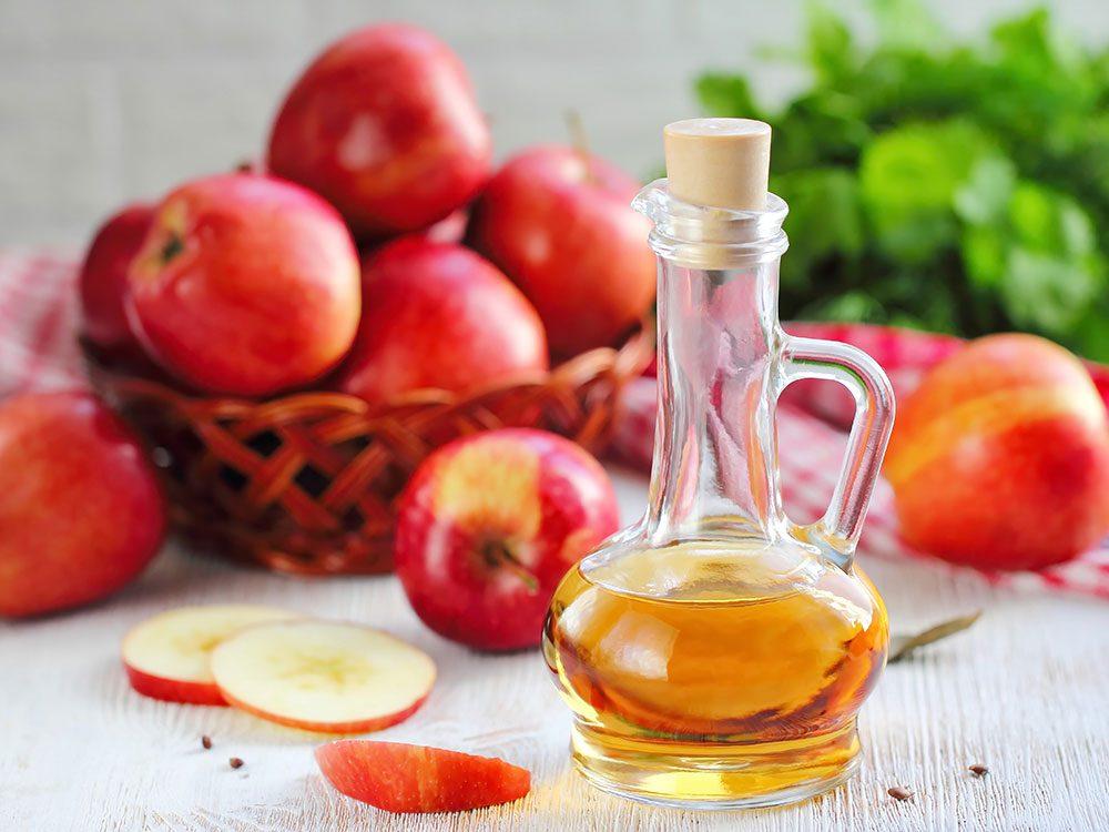 Du vinaigre de cidre de pomme pour blanchir les dents naturellement.