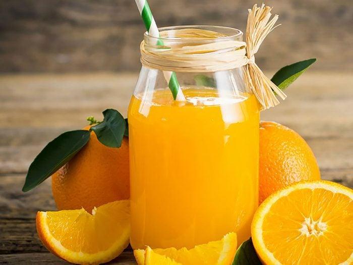 Un verre de 23,6 cl de jus d'orange avec calcium ajouté vous donnera 350 mg de calcium.
