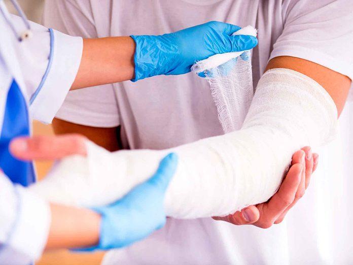 Si vous vous cassez le poignet après une chute mineure, cela peut être le signe qu'une carence en calcium a rendu vos os fragiles.