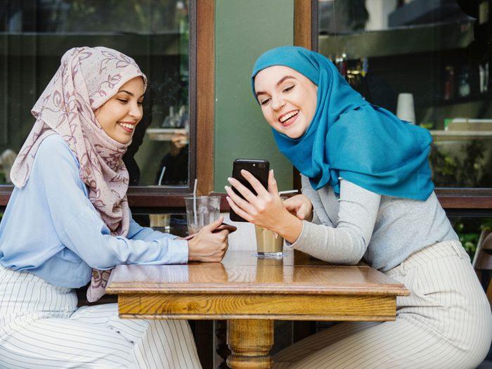 Entre soeurs, vous restez proche, même si vous vivez loin l'une de l'autre.