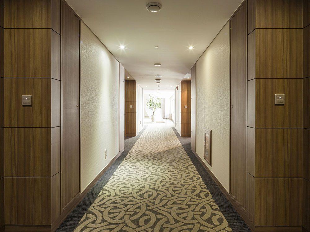 Accaparer le hall d'entrée ou les couloirs d'un hôtel est un comportement impoli.
