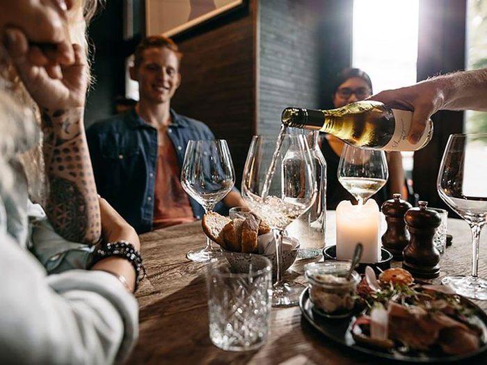 Abuser de l'alcool est un comportement impoli.